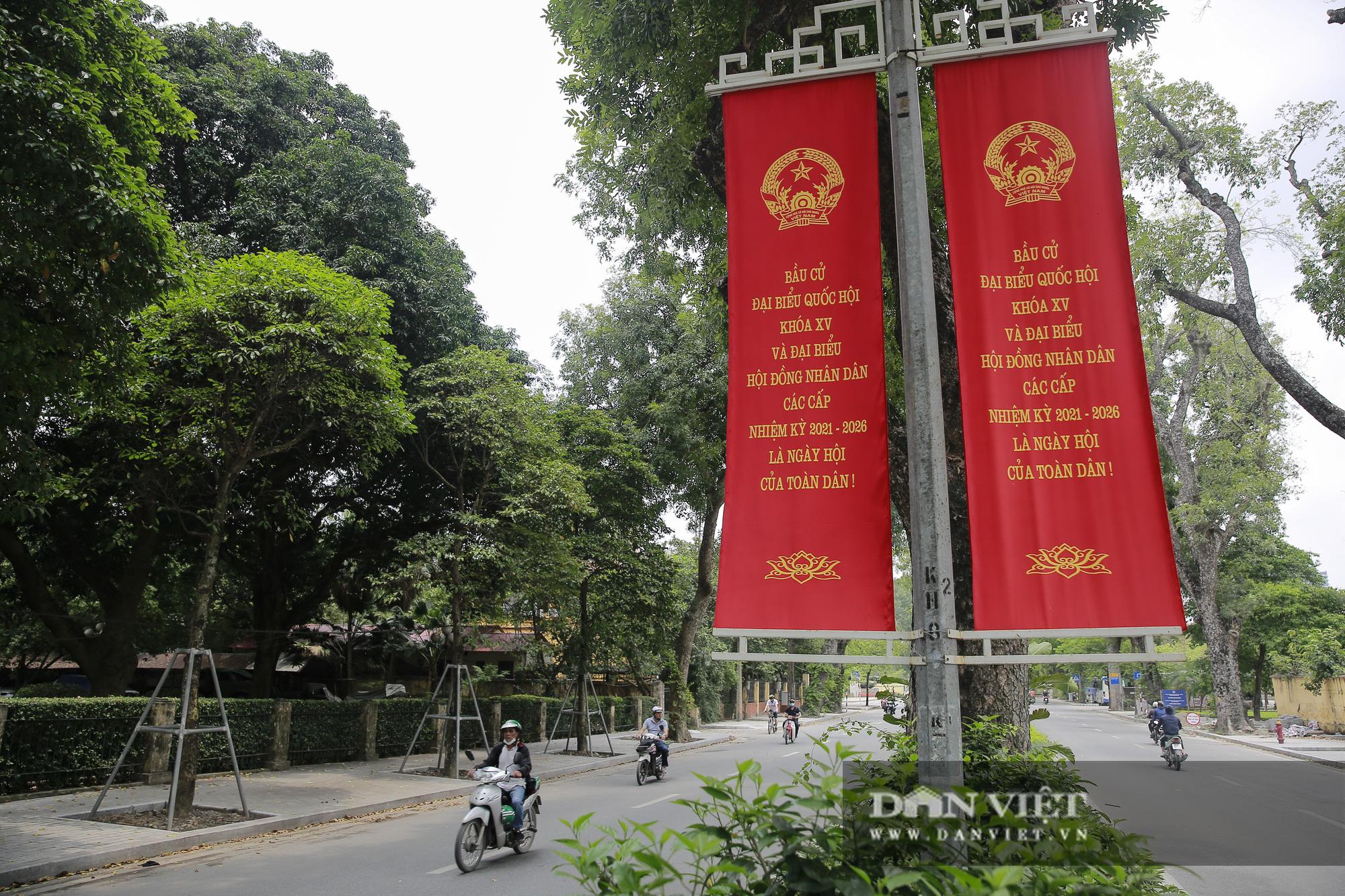 Đường phố Hà Nội trang hoàng rực rỡ trước ngày bầu cử - Ảnh 6.