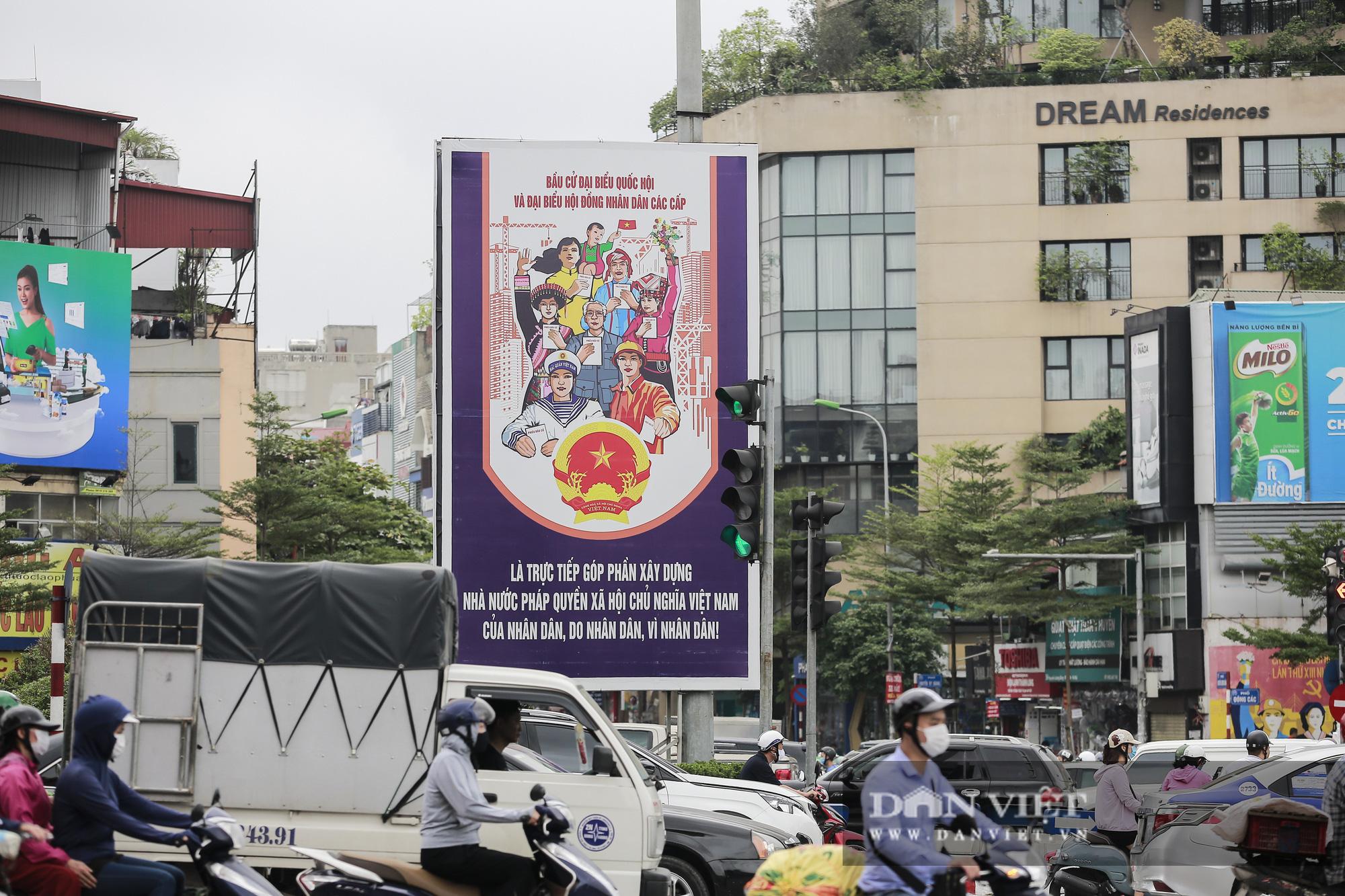 Đường phố Hà Nội trang hoàng rực rỡ trước ngày bầu cử - Ảnh 9.
