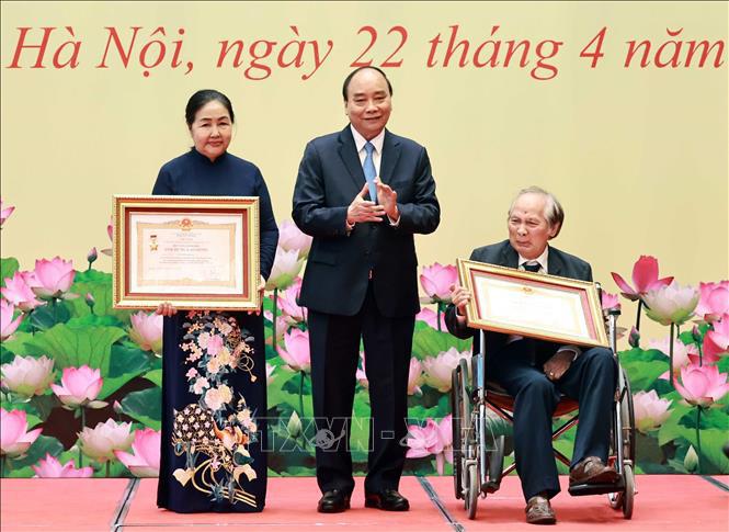Chủ tịch nước Nguyễn Xuân Phúc trao tặng danh hiệu cao quý cho các nhà khoa học - Ảnh 2.