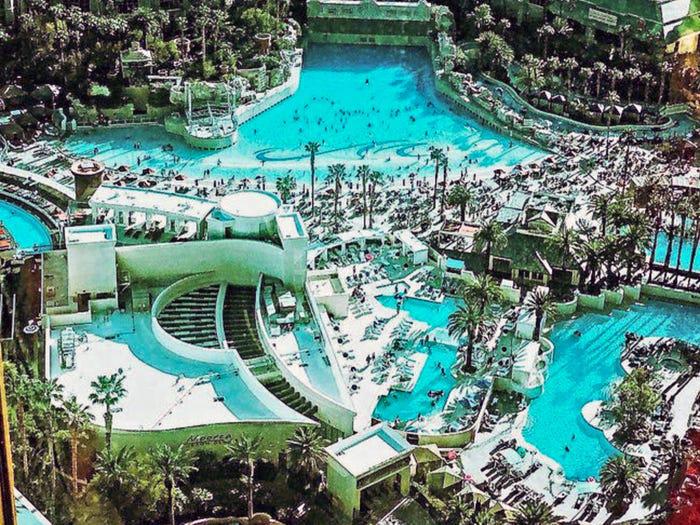 """Mỹ: """"Kinh đô giải trí"""" bùng nổ cảnh tiệc tùng hồ bơi rực rỡ bikini - Ảnh 3."""