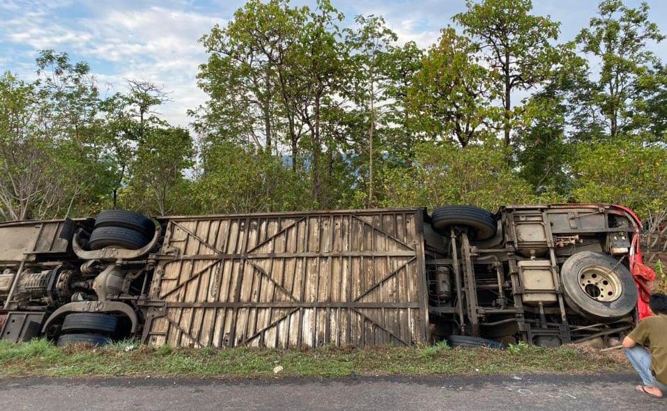 Đắk Lắk: Lật xe khách hàng chục người bị thương - Ảnh 2.