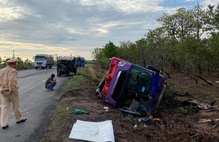 Đắk Lắk: Lật xe khách hàng chục người bị thương - Ảnh 1.