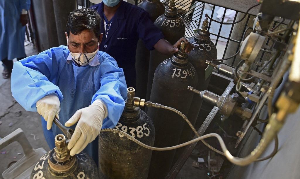 Ấn Độ: Số ca mắc mới COVID-19 tăng kỷ lục, tranh giành từng chiếc máy thở oxy tại các bệnh viện - Ảnh 4.