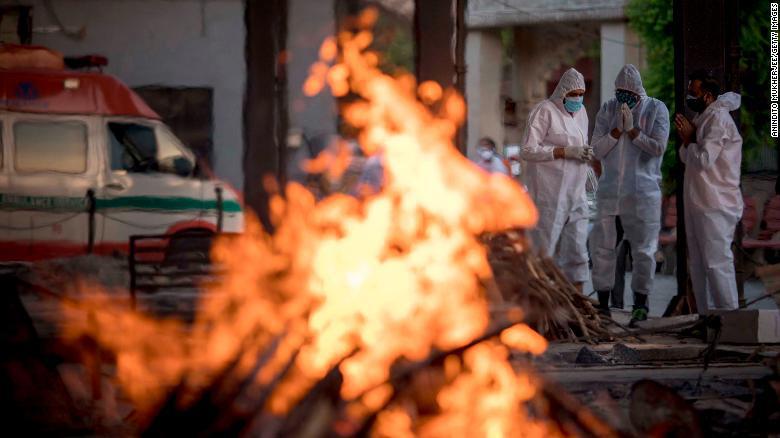 """Những hình ảnh như """"ngày tận thế"""" ở Ấn Độ trước làn sóng Covid-19 thứ 2 - Ảnh 9."""