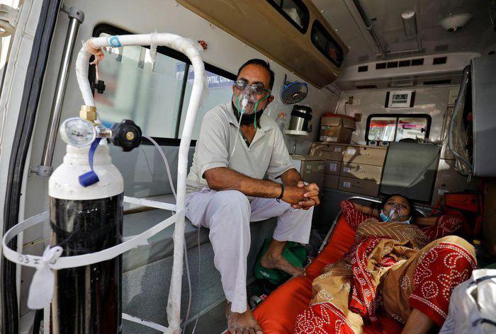 Ấn Độ: Số ca mắc mới COVID-19 tăng kỷ lục, tranh giành từng chiếc máy thở oxy tại các bệnh viện - Ảnh 3.
