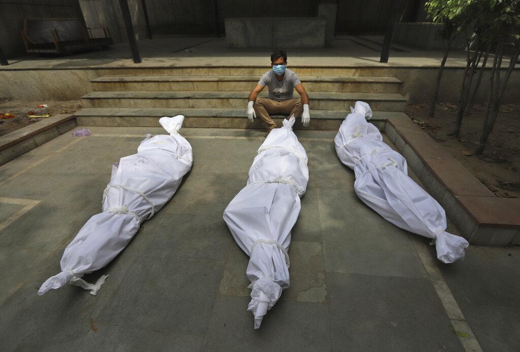 """Những hình ảnh như """"ngày tận thế"""" ở Ấn Độ trước làn sóng Covid-19 thứ 2 - Ảnh 7."""