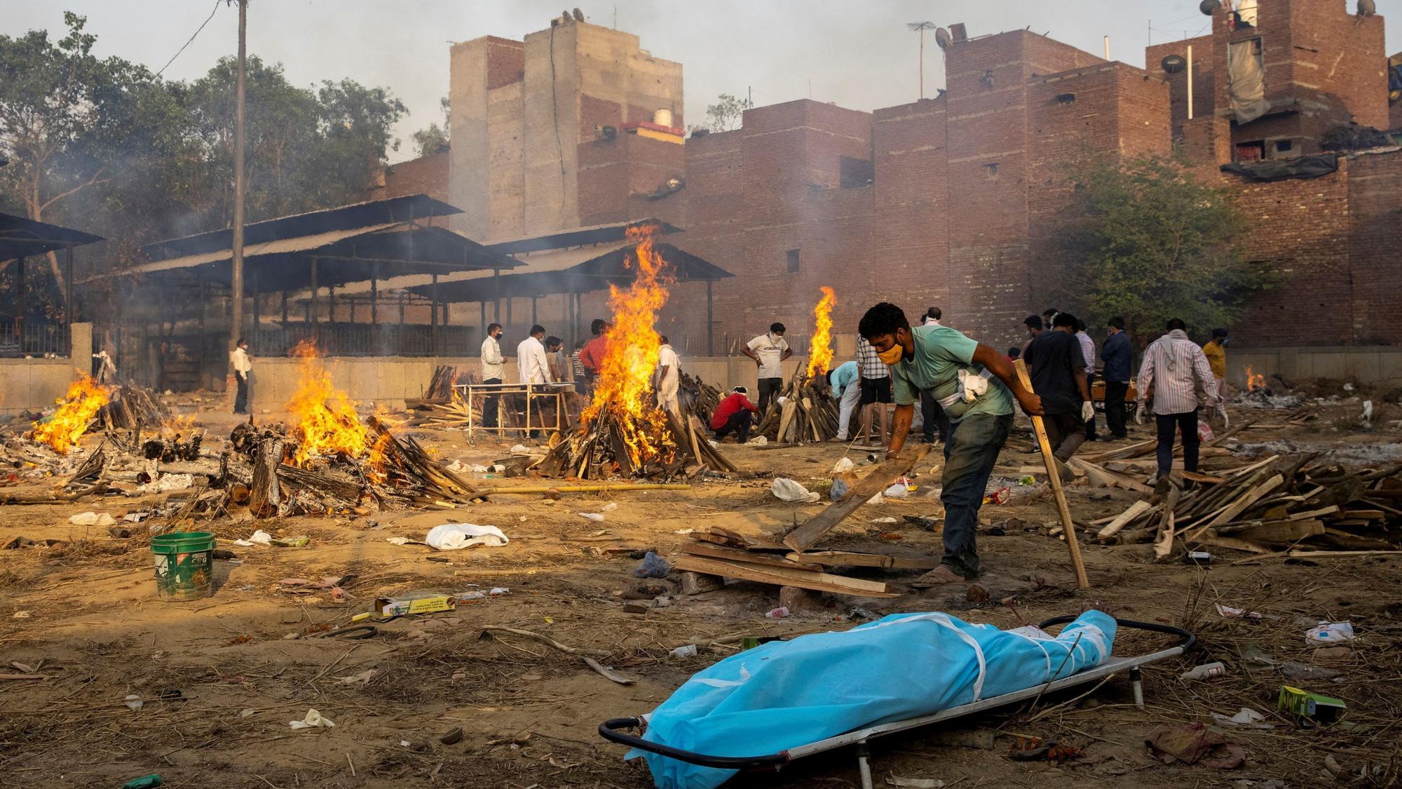 """Những hình ảnh như """"ngày tận thế"""" ở Ấn Độ trước làn sóng Covid-19 thứ 2 - Ảnh 11."""