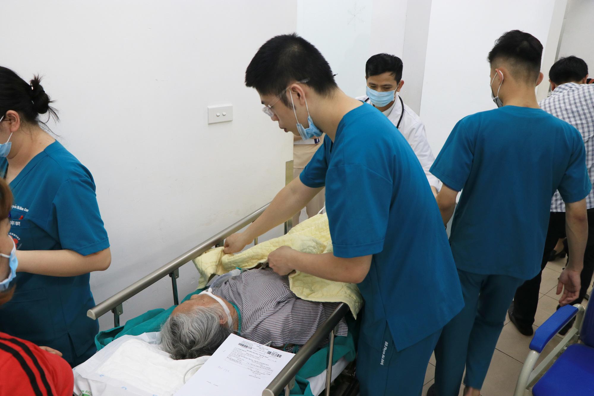 Những câu chuyện sinh tử phía sau phòng bệnh tại Trung tâm đột quỵ Bệnh viện Bạch Mai - Ảnh 1.