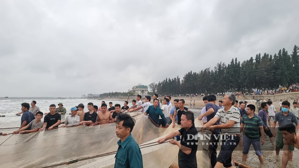 Thanh Hóa: Huy động hàng trăm người tìm kiếm 8 học sinh ra tắm biển, 4 học sinh đuối nước - Ảnh 2.