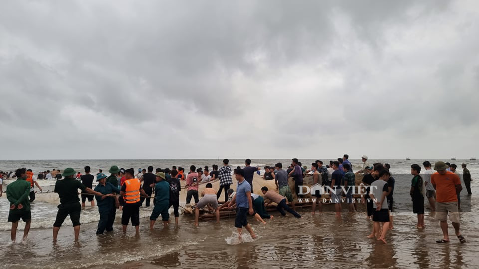 Thanh Hóa: Huy động hàng trăm người tìm kiếm 8 học sinh ra tắm biển, 4 học sinh đuối nước - Ảnh 1.