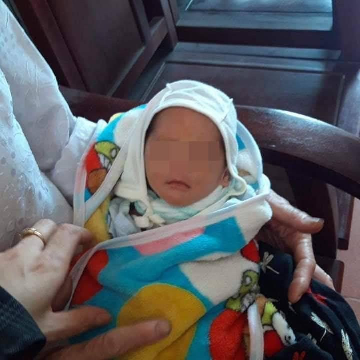 Bé trai 10 ngày tuổi bị bỏ rơi trước cửa nhà người phụ nữ độc thân đang đi xin con nuôi - Ảnh 1.