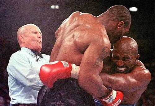 """Mike Tyson cắn tai Evander Holyfield: """"Vết nhơ"""" khiến quyền anh đi xuống - Ảnh 1."""