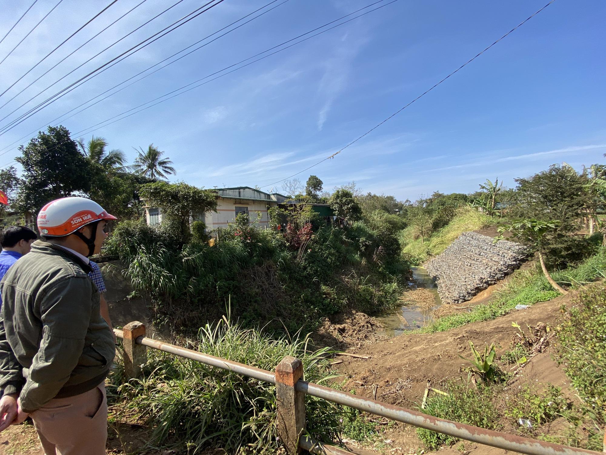 Bộ đề nghị dừng, huyện vẫn quyết làm kênh rồi bỏ hoang và đổ lỗi do… bão - Ảnh 1.