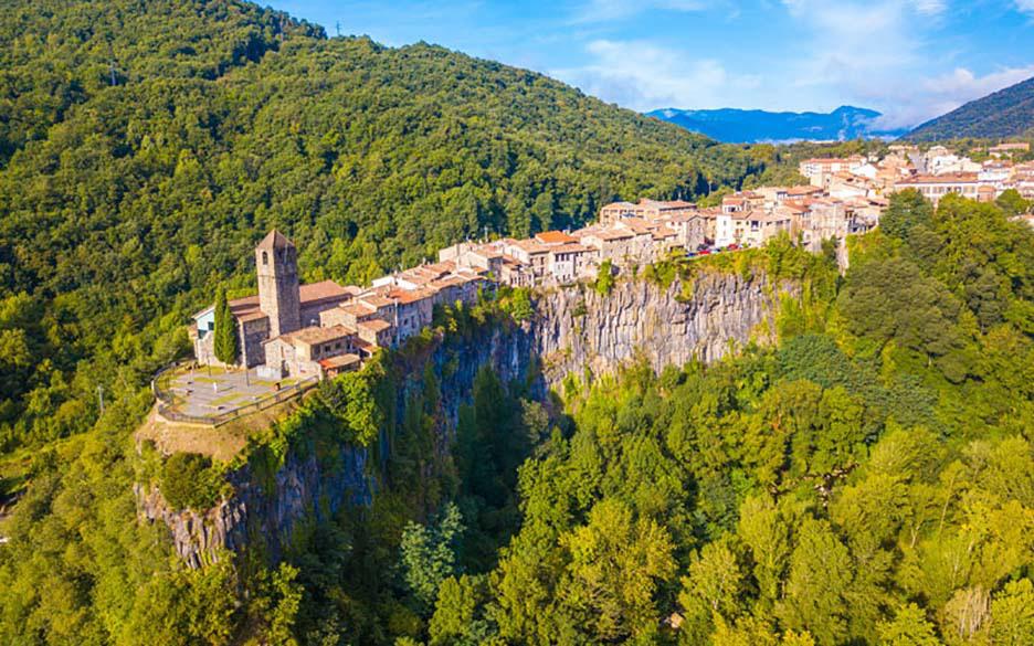 """Những công trình kiến trúc """"vắt vẻo"""" trên mỏm núi, sườn núi khiến du khách khiếp sợ - Ảnh 4."""