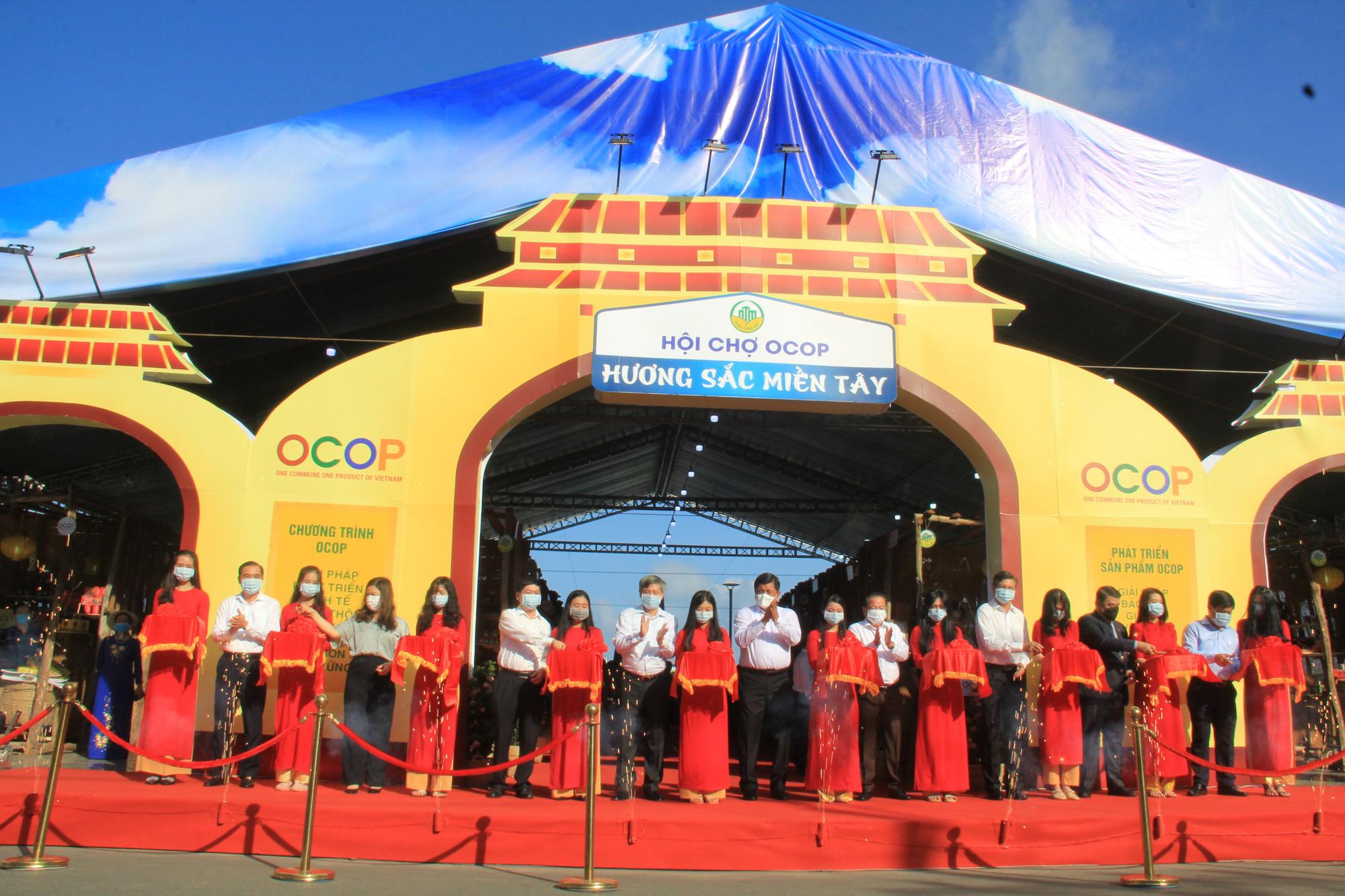 Hàng trăm sản phẩm OCOP – Hương sắc miền Tây hội tụ tại Phú Quốc - Ảnh 1.