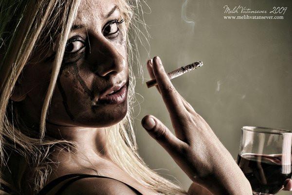 Đây là lý do vì sao rất nhiều người hút thuốc khi đang uống rượu  - Ảnh 2.