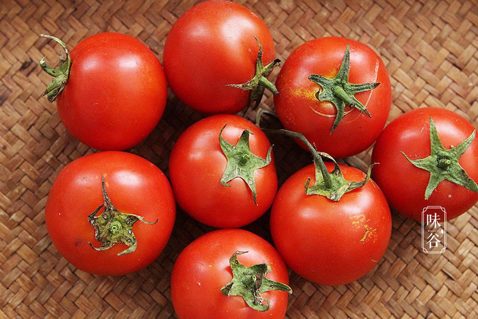 4 mẹo nhỏ giúp chọn cà chua tươi ngon, vỏ mỏng, nhiều thịt nhất - Ảnh 1.