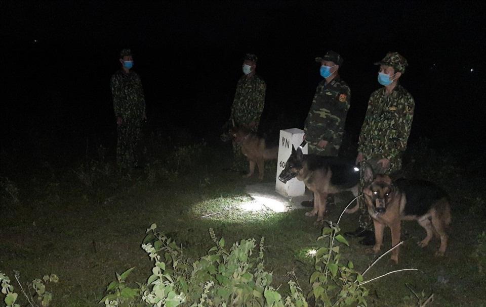 Đặc nhiệm biên phòng cùng chó nghiệp vụ tuần tra xuyên đêm, lập vành đai 3 lớp phòng chống Covid-19 - Ảnh 2.