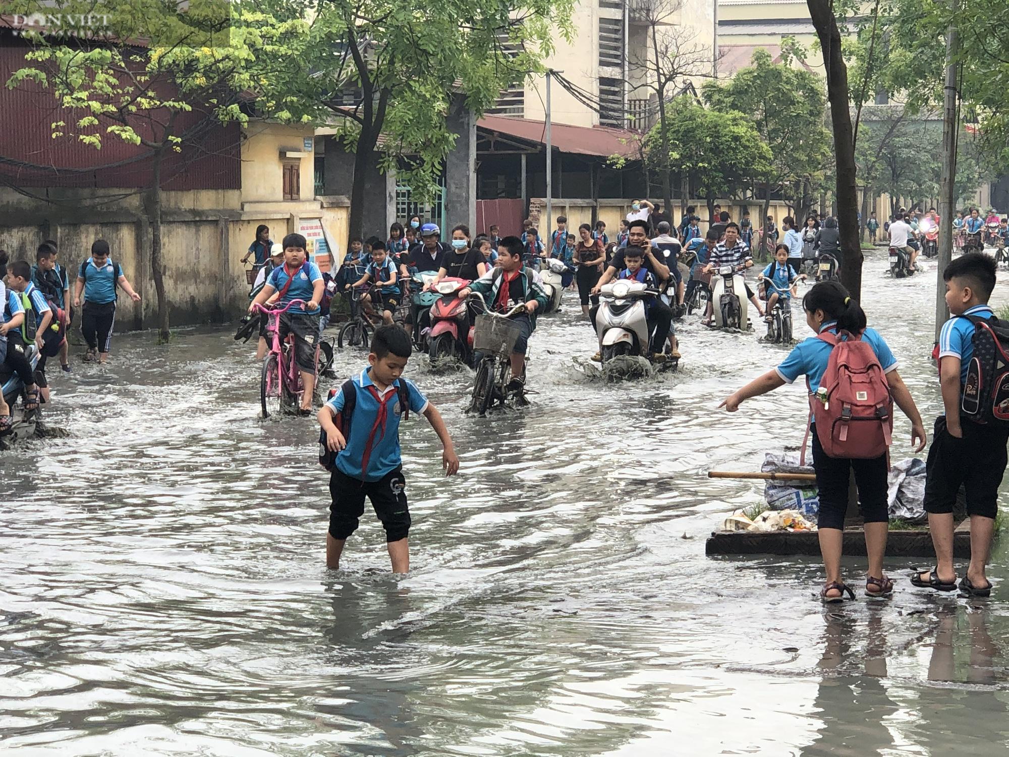 Bắc Ninh: Rùng mình trước cảnh học sinh chân trần lội nước thải bùn đen hôi thối ở làng giấy Phong Khê  - Ảnh 3.