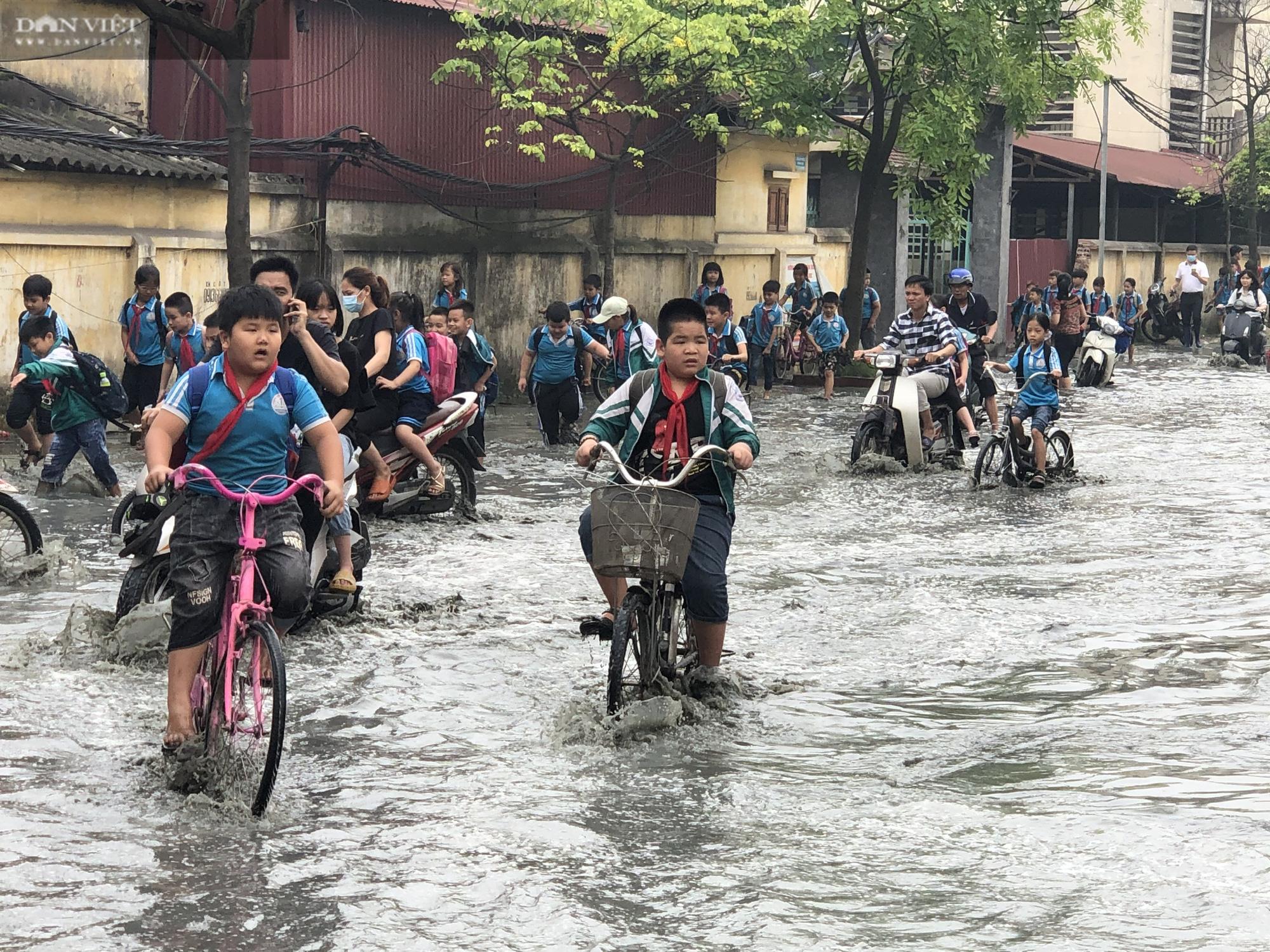 Bắc Ninh: Rùng mình chứng kiến cảnh học sinh chân trần lội nước bùn đen hôi thối ở làng giấy Phong Khê  - Ảnh 2.