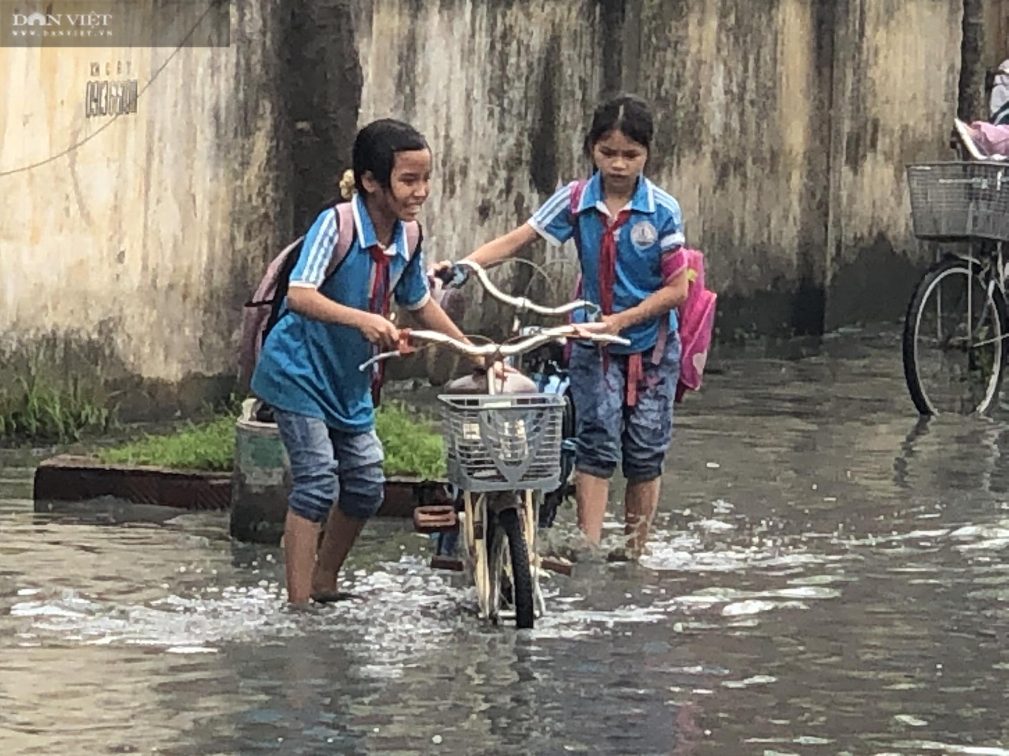 Bắc Ninh: Rùng mình chứng kiến cảnh học sinh chân trần lội nước bùn đen hôi thối ở làng giấy Phong Khê  - Ảnh 3.