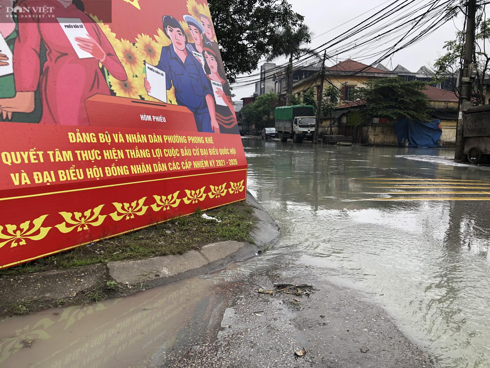 Bắc Ninh: Rùng mình chứng kiến cảnh học sinh chân trần lội nước bùn đen hôi thối ở làng giấy Phong Khê  - Ảnh 1.
