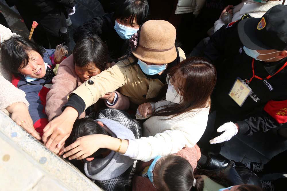 """Trung Quốc: Kì lạ, hàng vạn du khách chen chúc để được chạm tay vào """"lỗ hậu duệ"""" - Ảnh 3."""