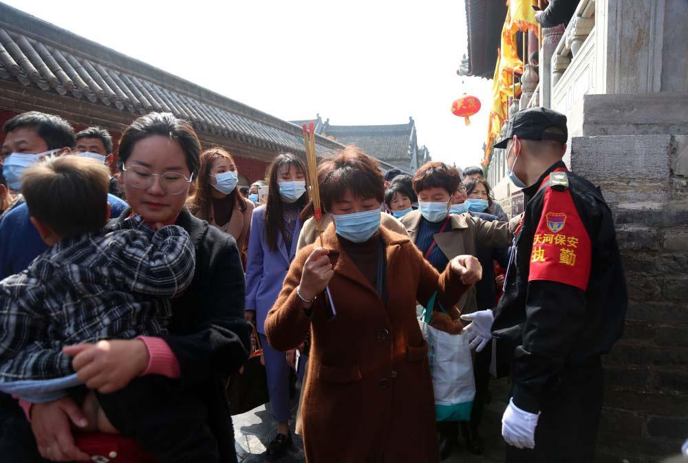 """Trung Quốc: Kì lạ, hàng vạn du khách chen chúc để được chạm tay vào """"lỗ hậu duệ"""" - Ảnh 6."""