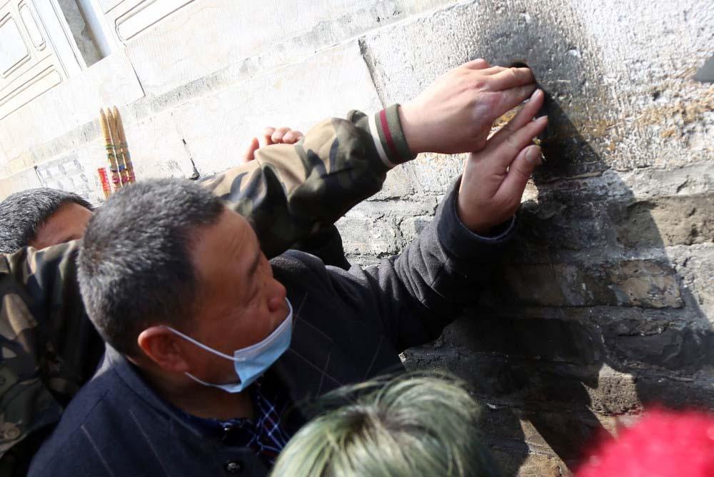 """Trung Quốc: Kì lạ, hàng vạn du khách chen chúc để được chạm tay vào """"lỗ hậu duệ"""" - Ảnh 5."""