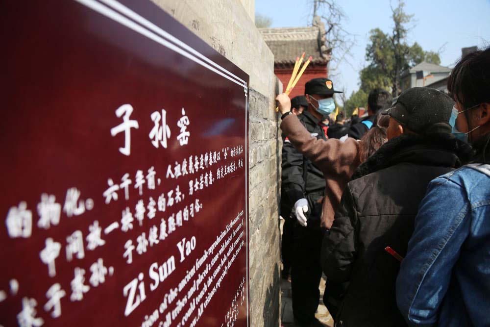 """Trung Quốc: Kì lạ, hàng vạn du khách chen chúc để được chạm tay vào """"lỗ hậu duệ"""" - Ảnh 7."""