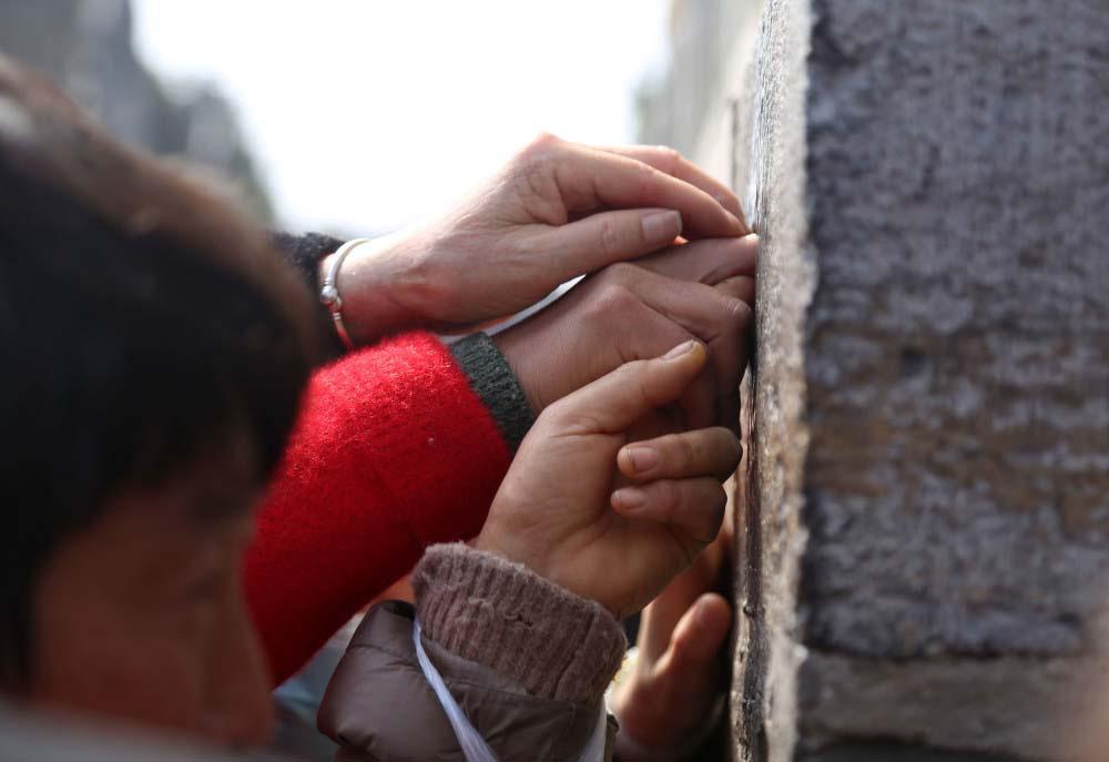 """Trung Quốc: Kì lạ, hàng vạn du khách chen chúc để được chạm tay vào """"lỗ hậu duệ"""" - Ảnh 4."""