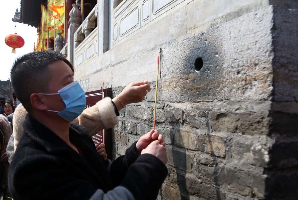 """Trung Quốc: Kì lạ, hàng vạn du khách chen chúc để được chạm tay vào """"lỗ hậu duệ"""" - Ảnh 2."""