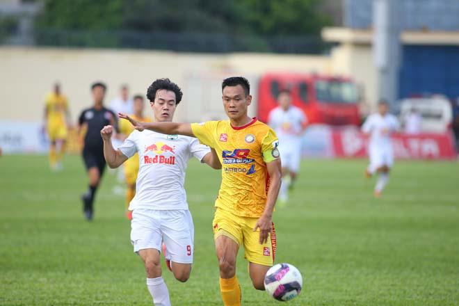 """Đông Á Thanh Hóa đã chơi tốt cho tới trước khi bị Minh Vương """"xé lưới"""", mở tỷ số cho HAGL. Ảnh: 24h"""