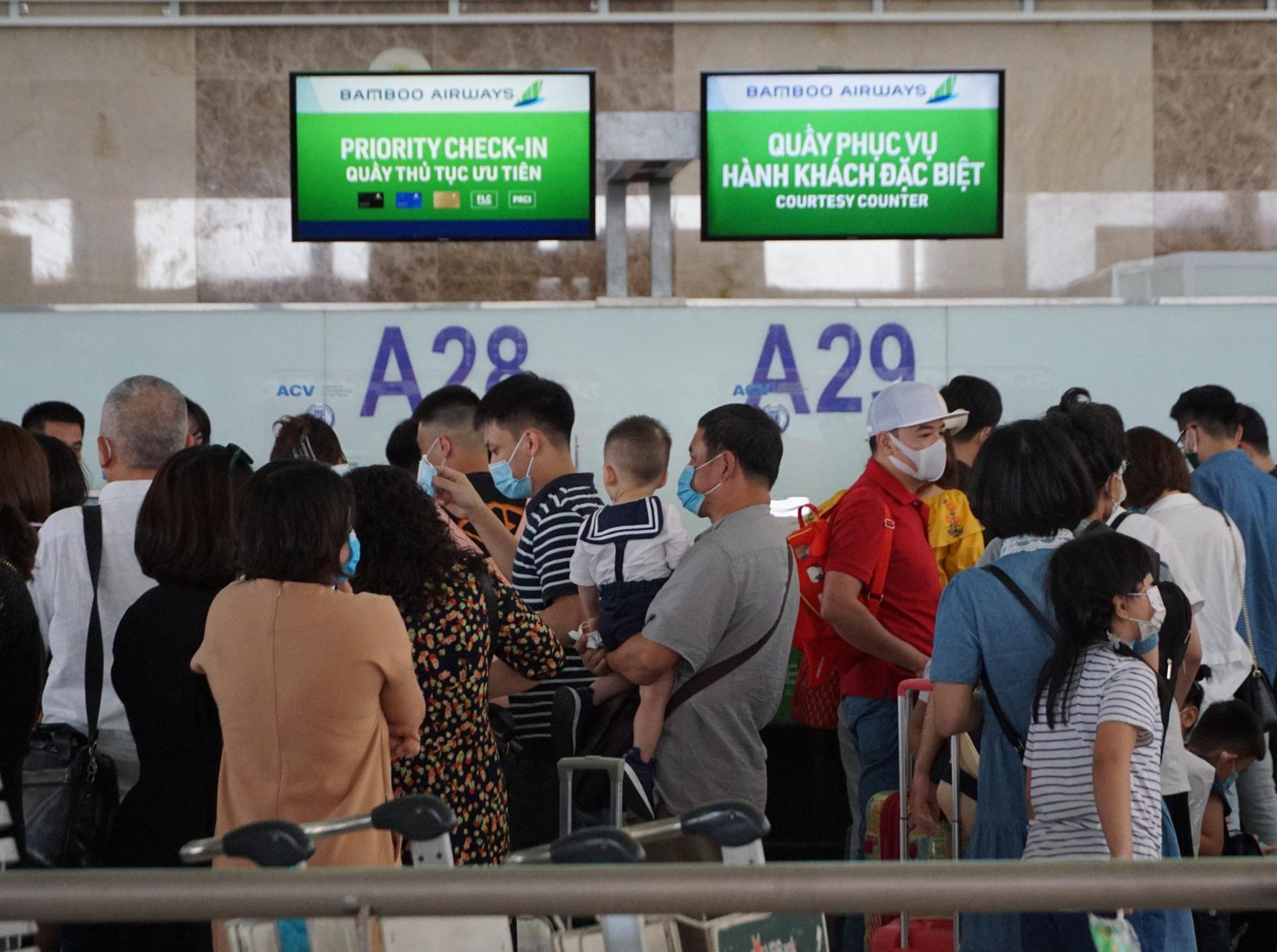 Hàng vạn hành khách xếp hàng dài chờ check-in tại sân bay Nội Bài trước ngày nghỉ lễ 30/4-1/5 - Ảnh 9.
