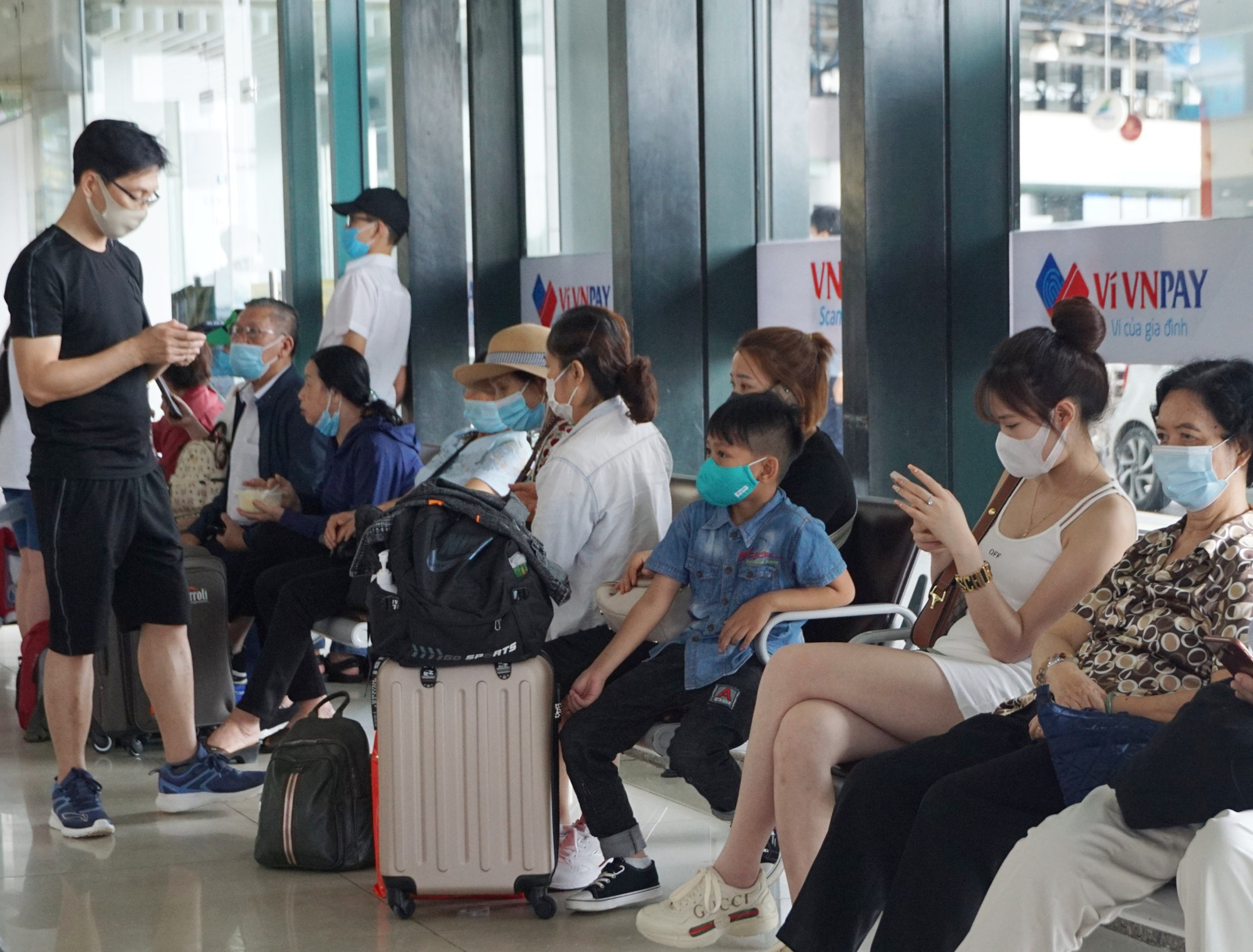 Hàng vạn hành khách xếp hàng dài chờ check-in tại sân bay Nội Bài trước ngày nghỉ lễ 30/4-1/5 - Ảnh 8.