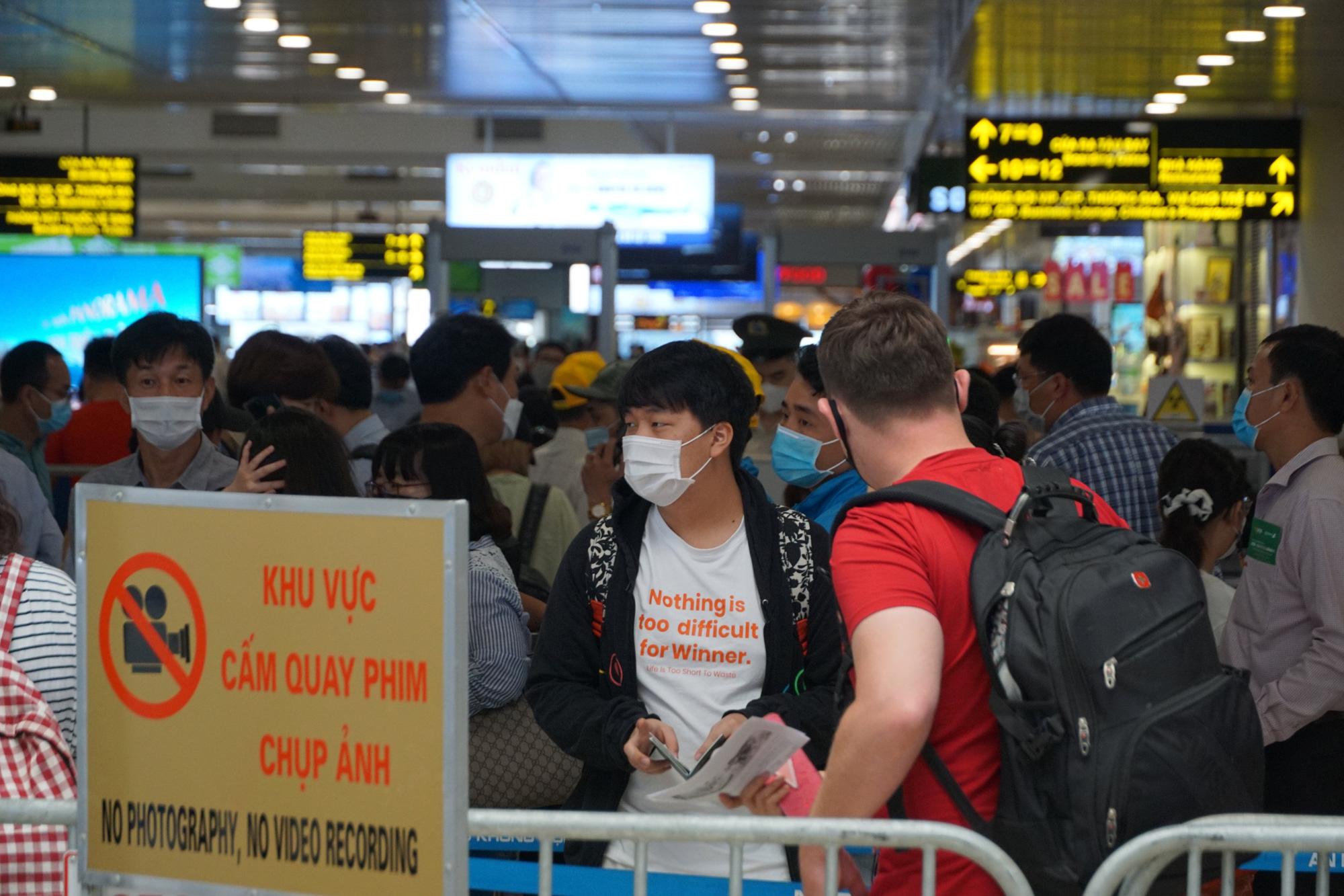Hàng vạn hành khách xếp hàng dài chờ check-in tại sân bay Nội Bài trước ngày nghỉ lễ 30/4-1/5 - Ảnh 7.