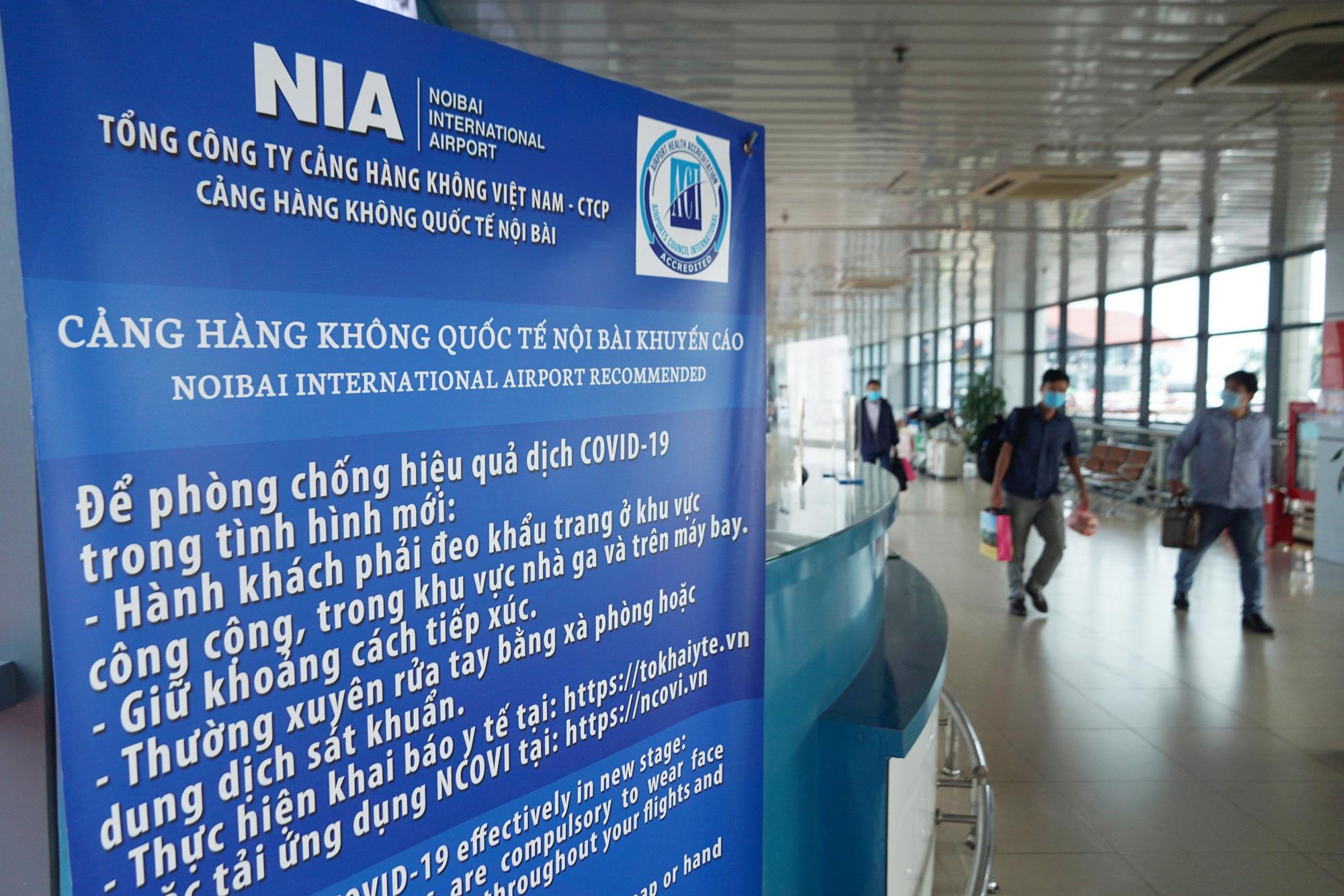 Hàng vạn hành khách xếp hàng dài chờ check-in tại sân bay Nội Bài trước ngày nghỉ lễ 30/4-1/5 - Ảnh 4.