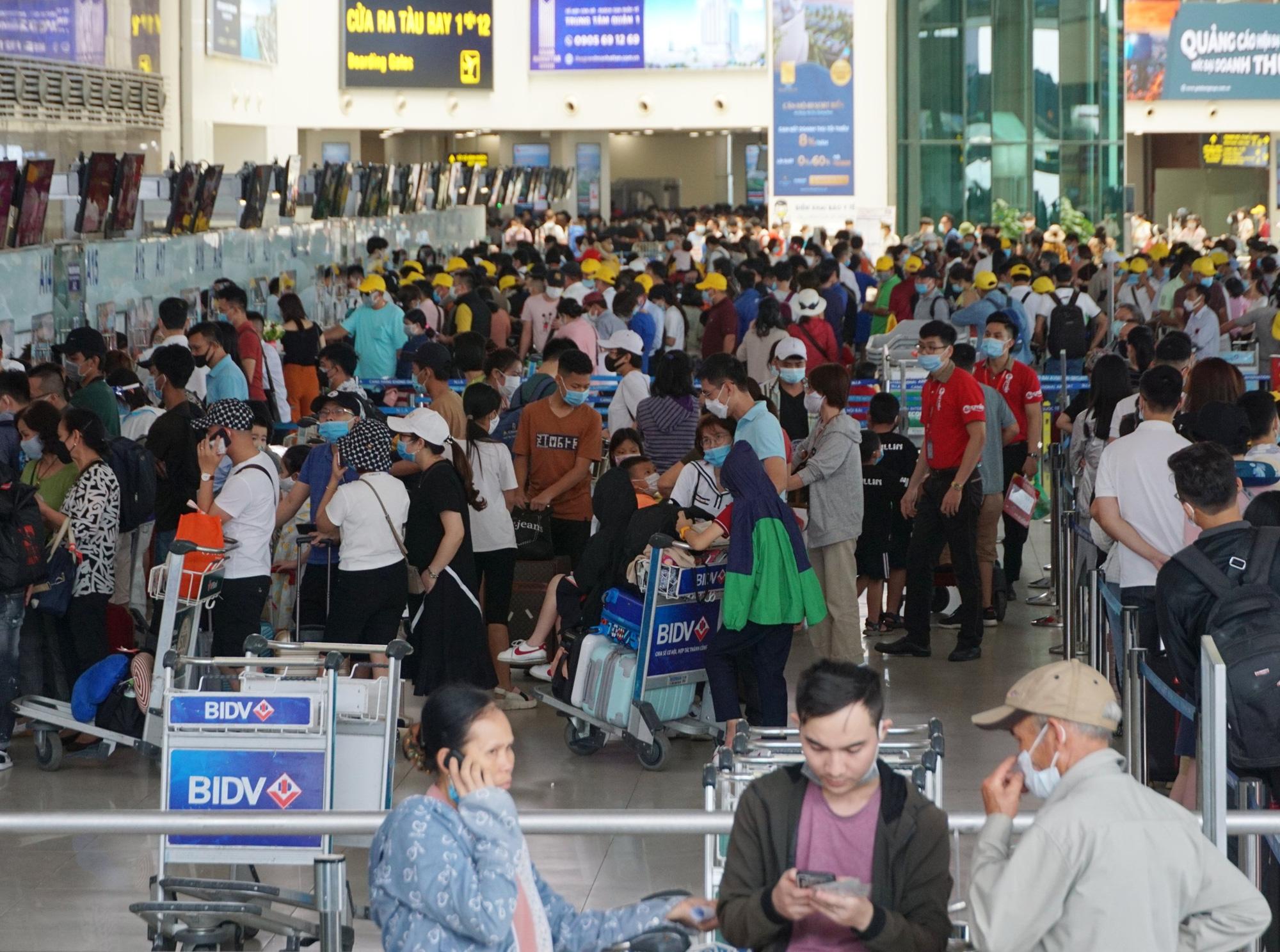 Hàng vạn hành khách xếp hàng dài chờ check-in tại sân bay Nội Bài trước ngày nghỉ lễ 30/4-1/5 - Ảnh 1.