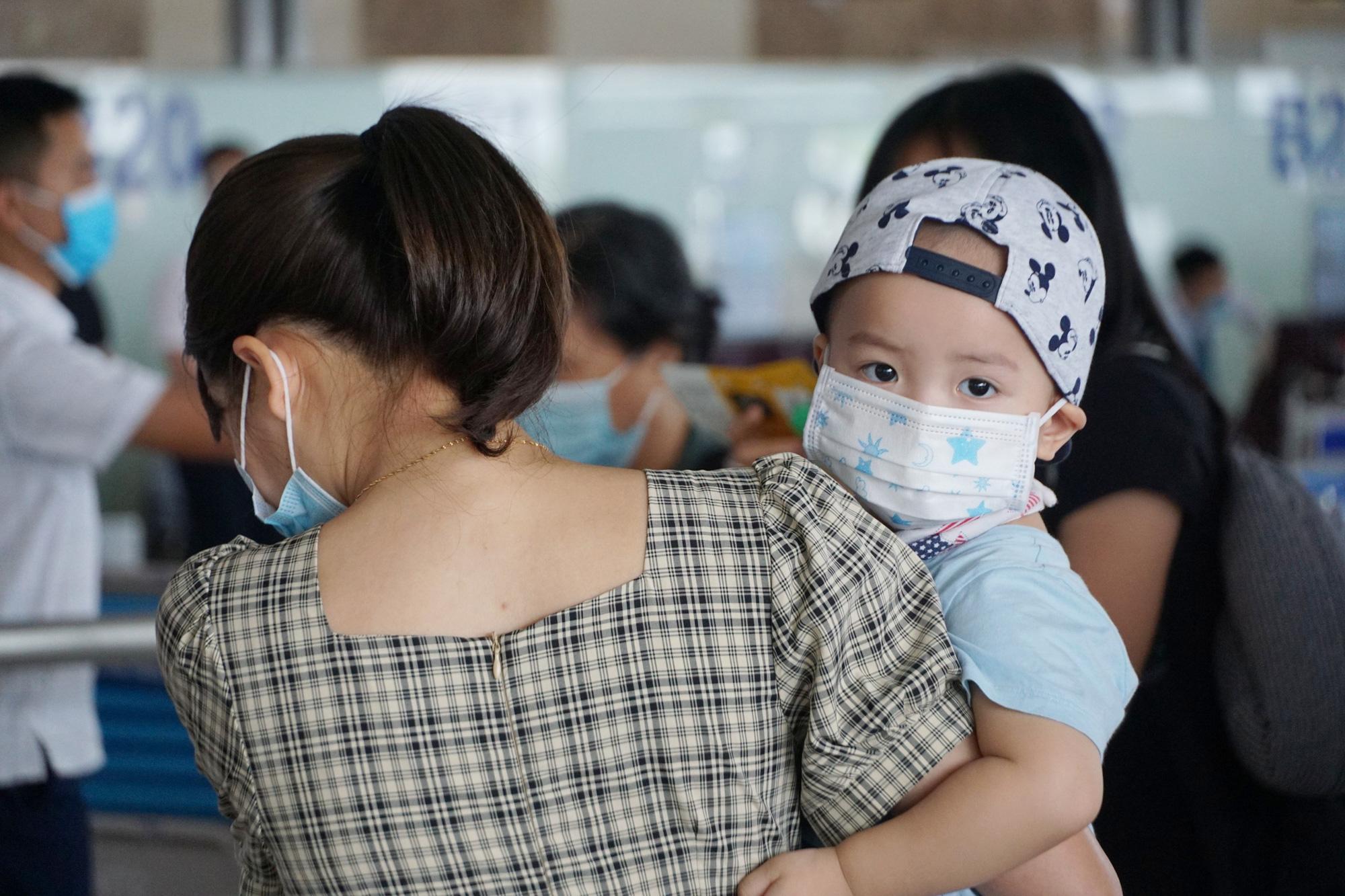 Hàng vạn hành khách xếp hàng dài chờ check-in tại sân bay Nội Bài trước ngày nghỉ lễ 30/4-1/5 - Ảnh 12.