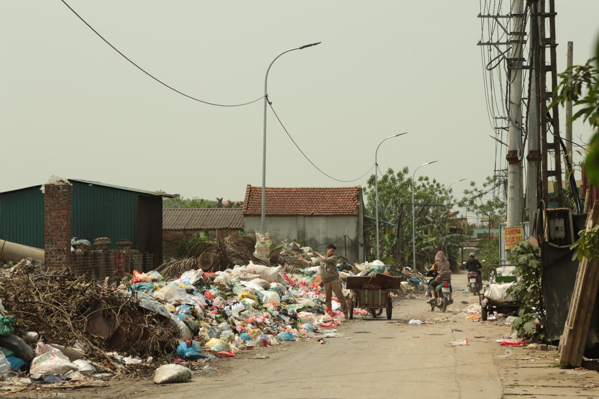 Cận cảnh tình trạng ô nhiễm khủng khiếp tại Hoài Đức, Hà Nội - Ảnh 1.