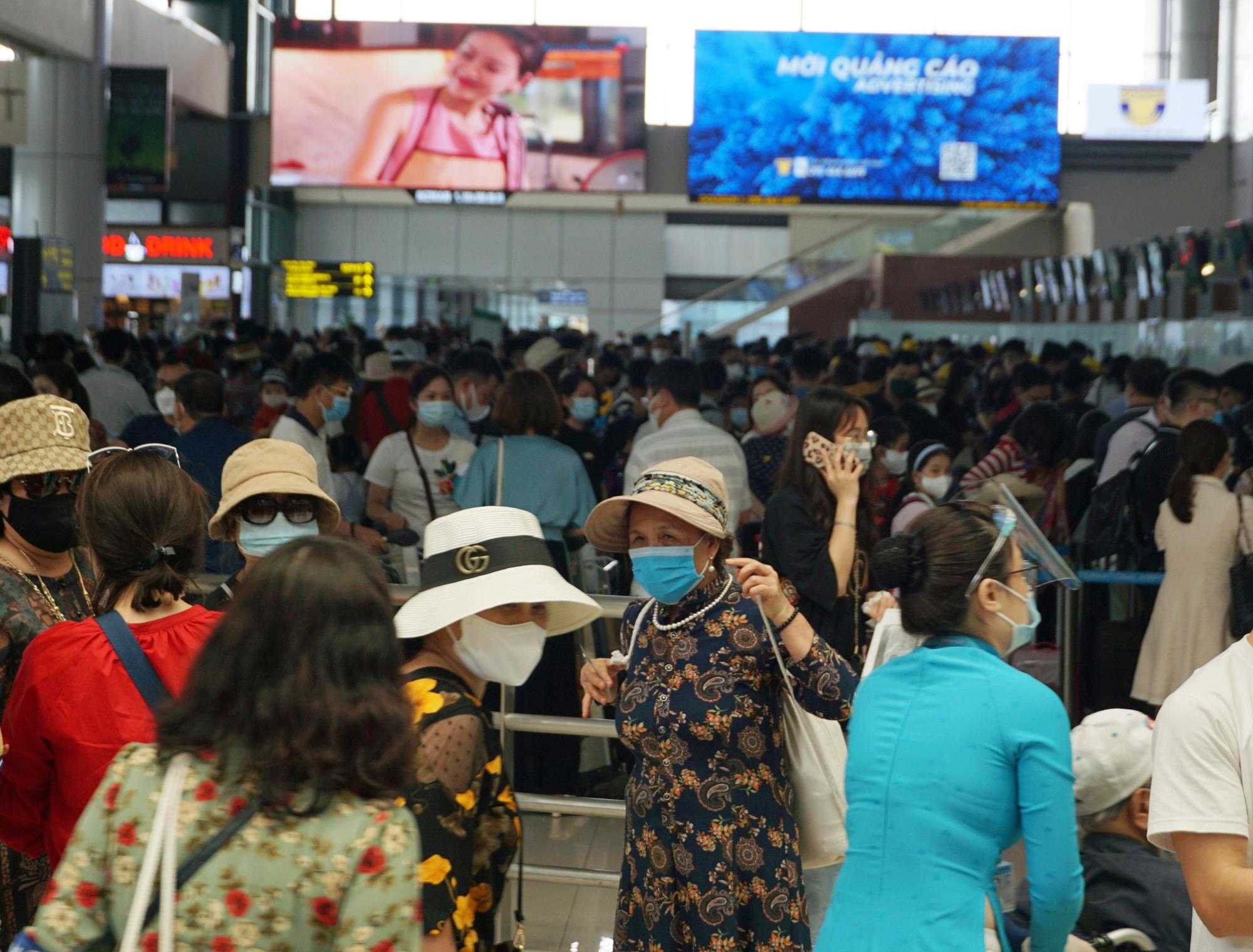 Hàng vạn hành khách xếp hàng dài chờ check-in tại sân bay Nội Bài trước ngày nghỉ lễ 30/4-1/5 - Ảnh 3.