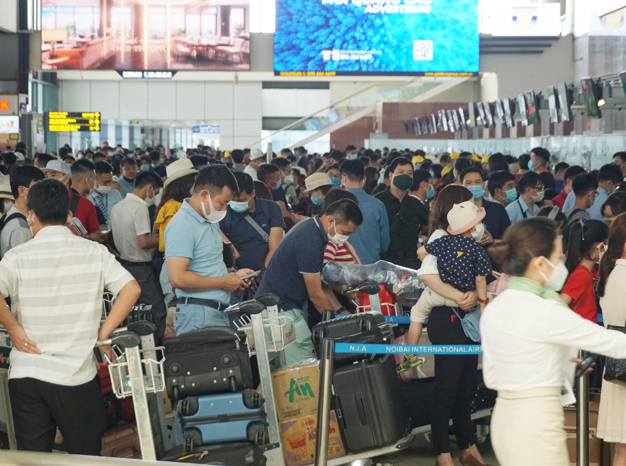 Hàng vạn hành khách xếp hàng dài chờ check-in tại sân bay Nội Bài trước ngày nghỉ lễ 30/4-1/5 - Ảnh 2.