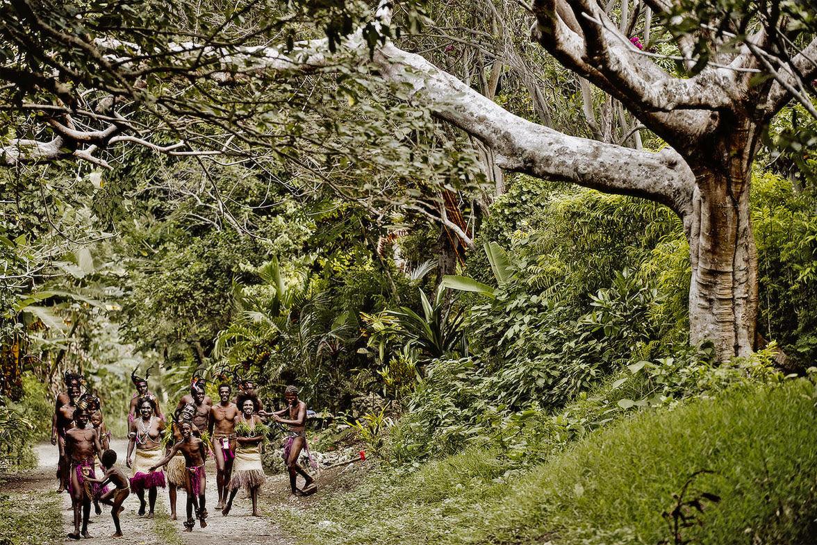 """Phục trang tối giản với chiếc """"vỏ bọc của quý"""" trứ danh của đàn ông Vanuatu - Ảnh 1."""