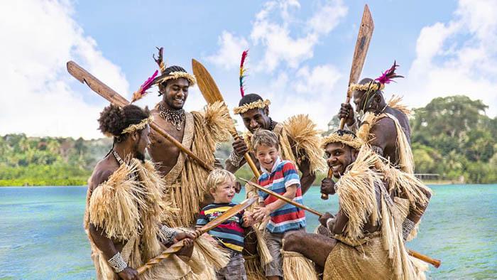 """Phục trang tối giản với chiếc """"vỏ bọc của quý"""" trứ danh của đàn ông Vanuatu - Ảnh 2."""