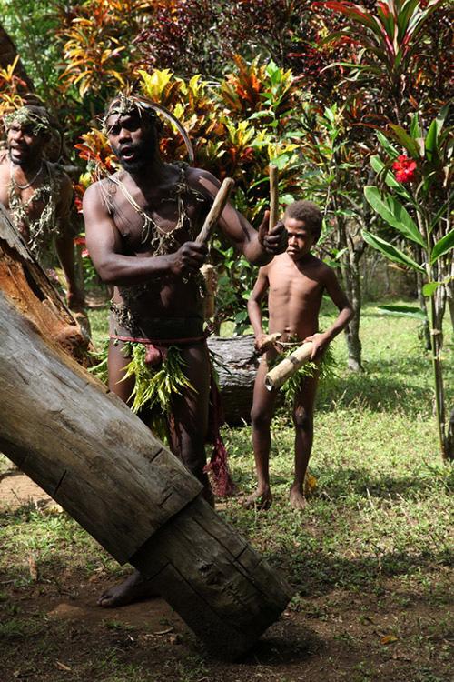 """Phục trang tối giản với chiếc """"vỏ bọc của quý"""" trứ danh của đàn ông Vanuatu - Ảnh 6."""