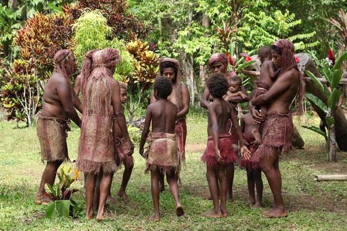 """Phục trang tối giản với chiếc """"vỏ bọc của quý"""" trứ danh của đàn ông Vanuatu - Ảnh 7."""