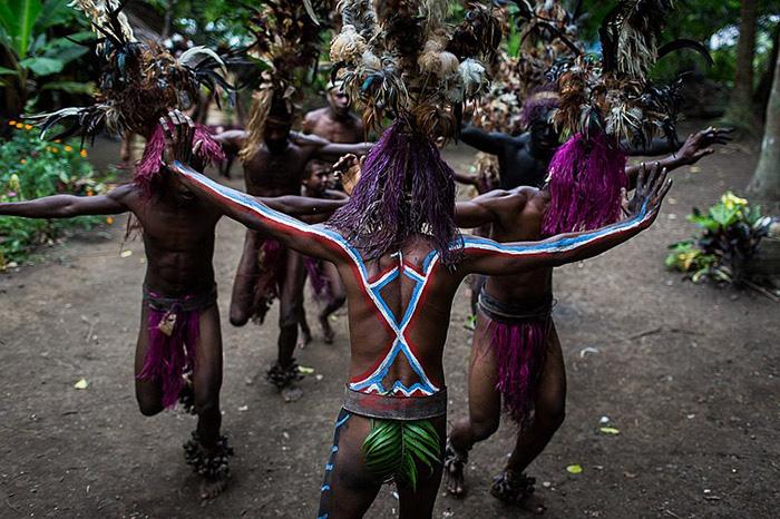 """Phục trang tối giản với chiếc """"vỏ bọc của quý"""" trứ danh của đàn ông Vanuatu - Ảnh 8."""