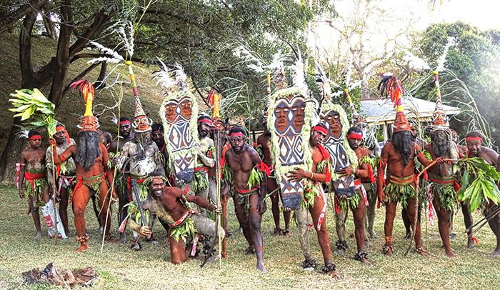 """Phục trang tối giản với chiếc """"vỏ bọc của quý"""" trứ danh của đàn ông Vanuatu - Ảnh 9."""