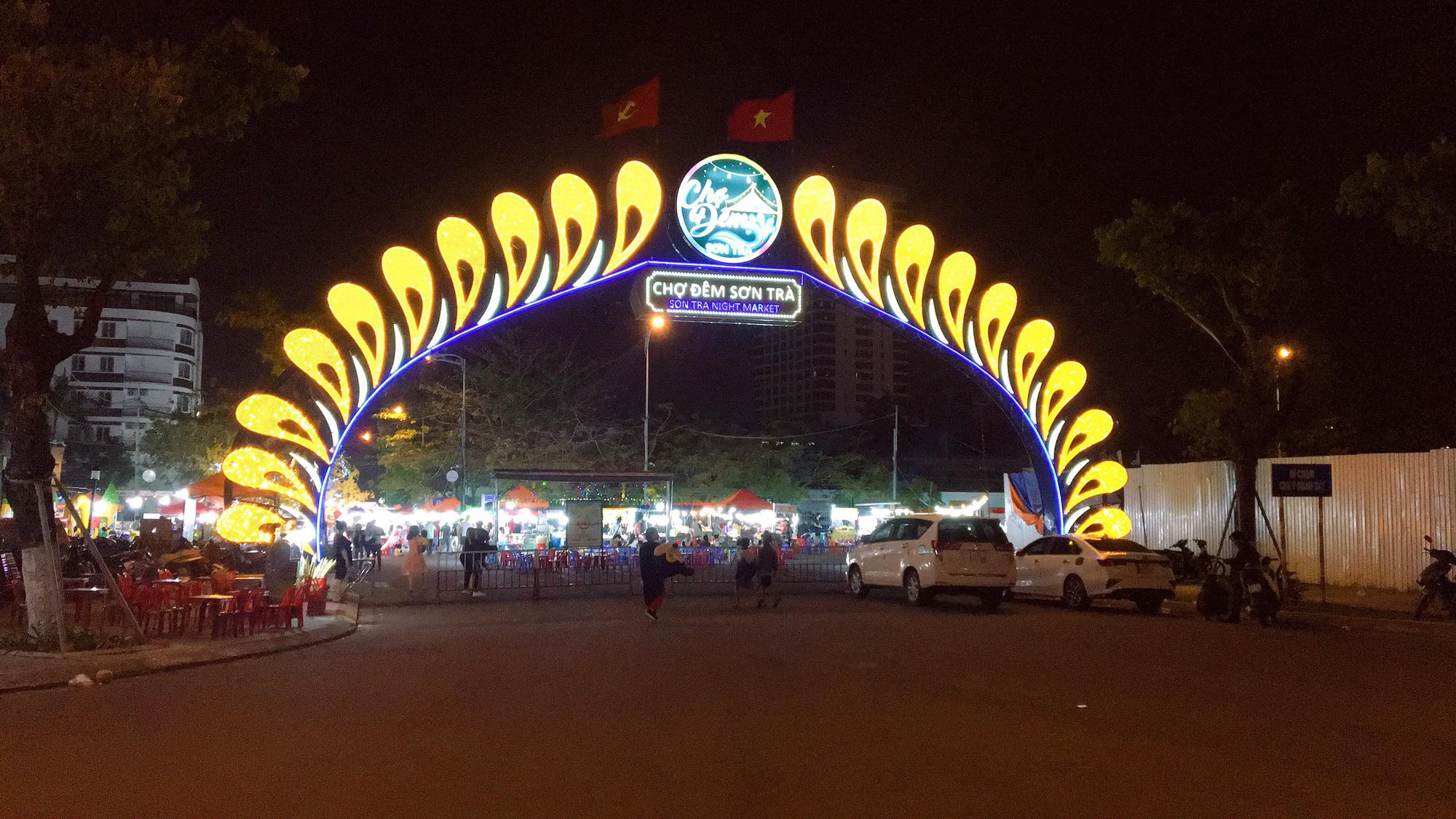Đà Nẵng: Chợ đêm Sơn Trà – sản phẩm du lịch mới về đêm, thu hút hàng nghìn lượt khách/ngày đến tham quan mua sắm - Ảnh 1.