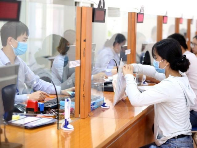 Giảm thời gian đóng BHXH có thể sẽ khiến cho một bộ phận lao động đối mặt với việc nhận mức lương hưu thấp khi về hưu. Ảnh: Nguyệt Tạ (Chụp tại Bưu điện huyện Hoằng Hóa, Thanh Hóa)